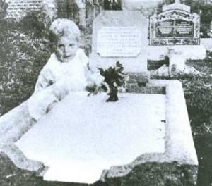 Призрак ребенка, сидящего на могиле ее дочери.